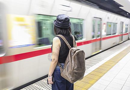 站在东京地铁车站的女人背影图片