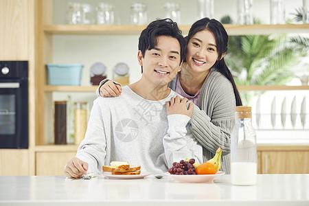 年轻夫妻一起吃早餐图片