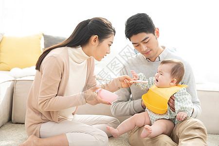 爸爸妈妈喂婴儿吃辅食图片
