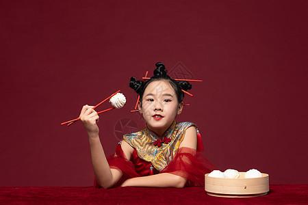 国潮儿童拿着筷子吃包子图片