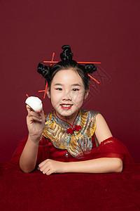 中国风潮流儿童拿着筷子吃包子图片