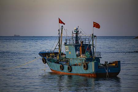 海上停泊的木质渔船图片