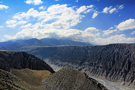 新疆独山子大峡谷壮丽风光蓝天白云图片