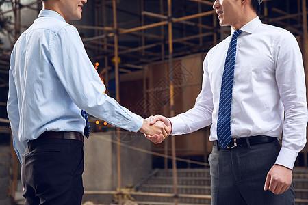建筑工程师握手特写图片