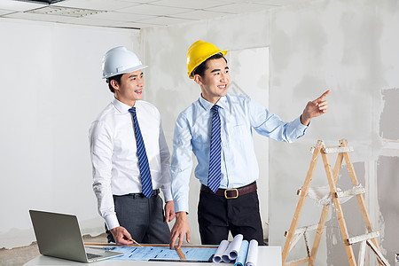 装修工人测量制作观察图片