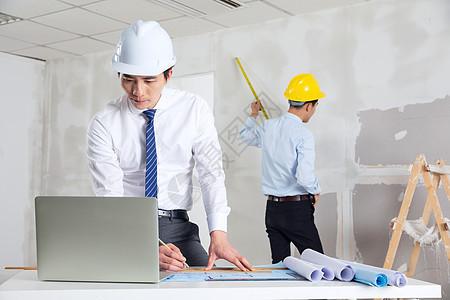 装修工人测量制作装修图纸图片