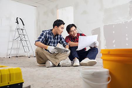 坐在工地上的装修工人图片
