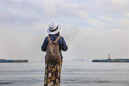 站在海边看风景的女人背影图片