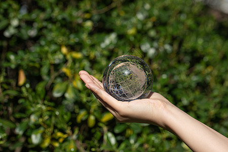 公益环保单手托地球图片