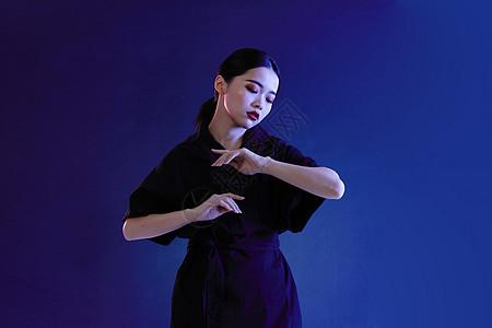 时尚年轻女性图片
