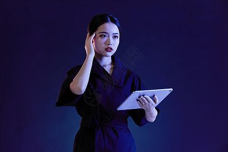 年轻女性科幻动作图片