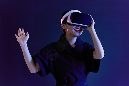 年轻女性VR眼镜科技图片