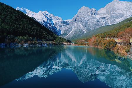 白天玉龙雪山蓝月谷自然风景图片