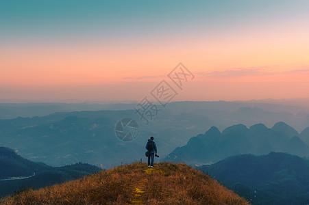 登顶高山人物远眺图片图片
