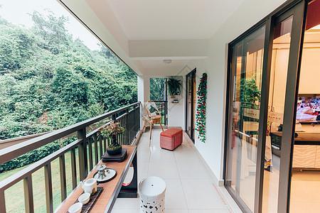 房地产楼盘房屋长长的阳台宽敞明亮图片