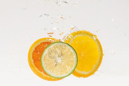 掉落水中的水果切片图片