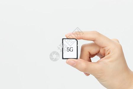 单手拿5G网络卡手部特写图片