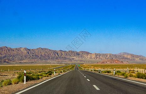 通往祁连山的笔直公路图片