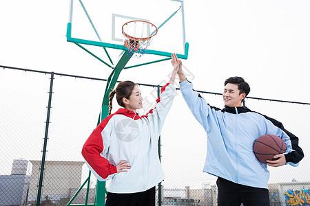 情侣户外打篮球击掌图片