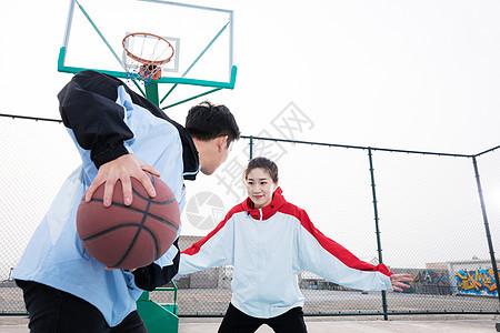 情侣户外打篮球图片