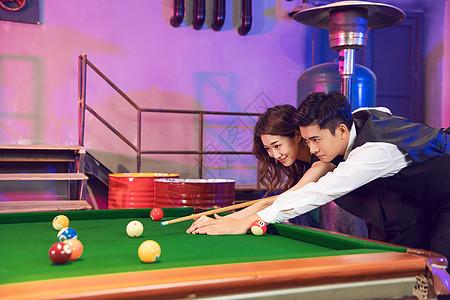 男生教女生打台球图片