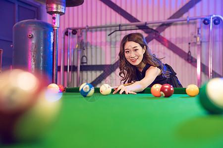 打桌球的青年女性 图片