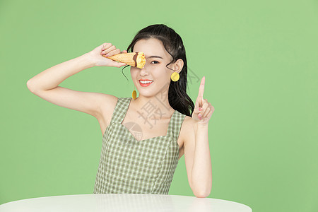 吃冰淇淋的甜美女性图片