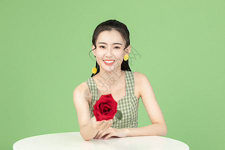 手拿玫瑰花的甜美女孩图片