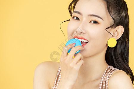 吃马卡龙的甜美女性图片