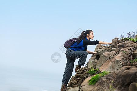 野外爬山的美女图片