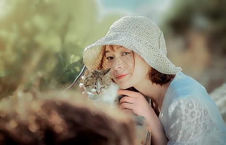 春游美女与猫咪图片