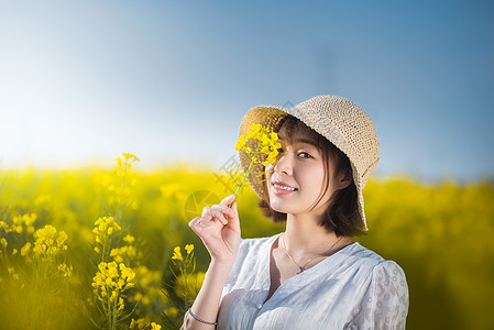 唯美油菜花春游白裙微笑美女图片