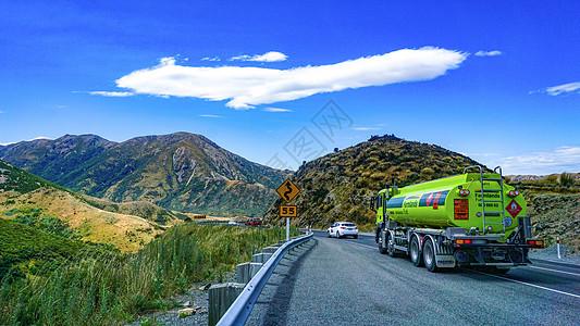 山路上的油罐车交通运输图片