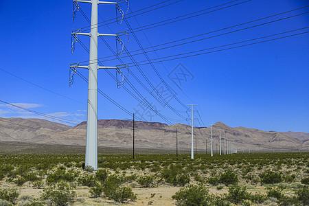 美国荒漠地带的输电线路图片