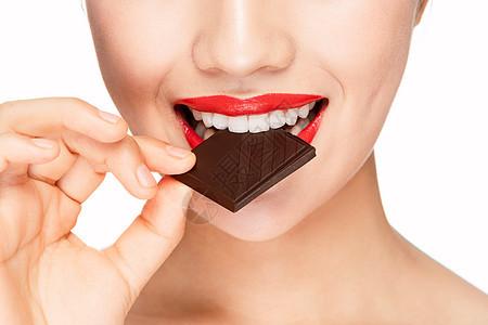 女性吃巧克力特写图片