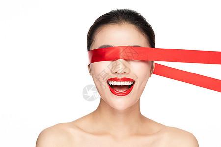 红丝带遮住眼睛女性惊喜图片