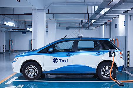 充电中的电动出租车图片