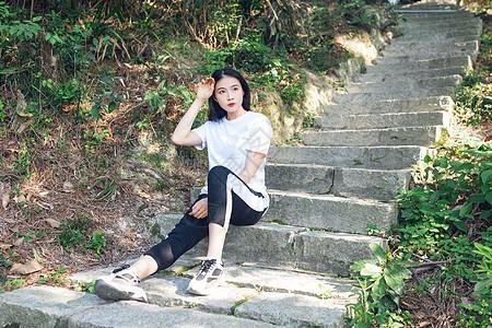登山休息中美女人像图片