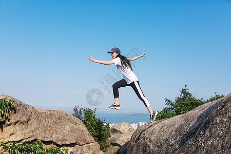 户外跳跃运动的女性图片