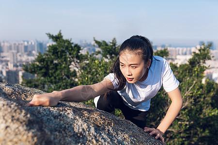 山顶攀岩美女图片