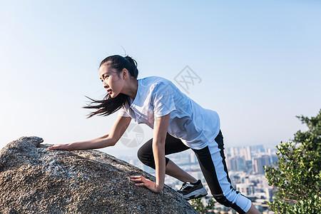 郊外攀岩美女人像图片