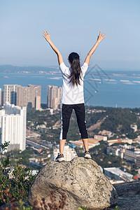 公园山顶站石头上的美女图片