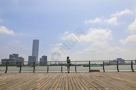 站在上海城市滨江平台欣赏风景的美女背影图片