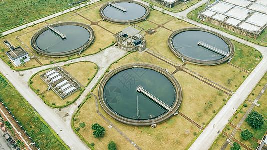 航拍城市中的污水处理厂图片
