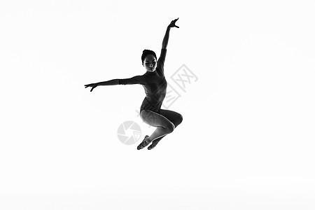年轻美女艺术体操跳跃动作图片