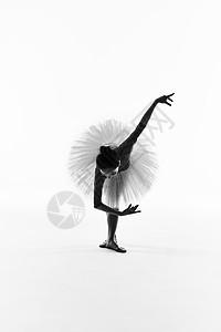 年轻美女芭蕾舞黑白剪影图片