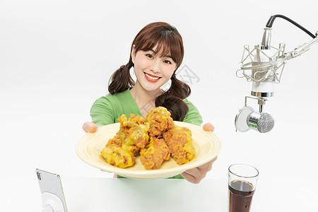 美女主播大胃王直播吃炸鸡图片