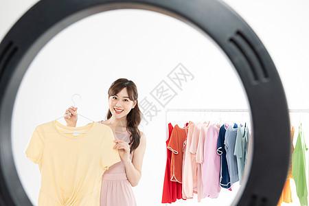美女时尚主播手机直播卖衣服图片