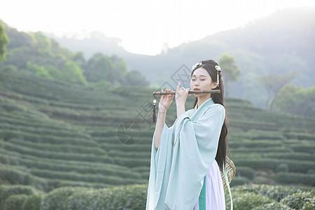 汉服古装美女吹竹笛图片