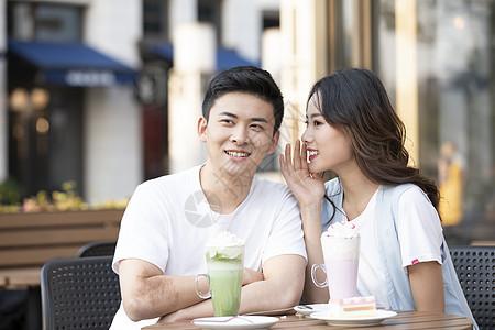 年轻情侣喝下午茶聊天图片